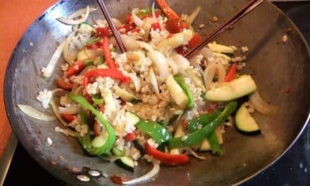 Wok de verduras, arroz integral y tomates secos con especias