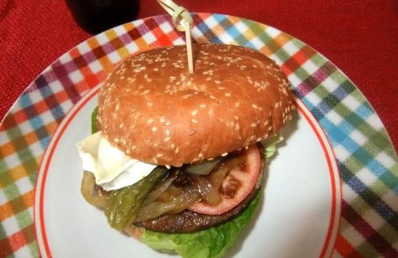 Hamburguesa vegetal con queso de cabra y cebolla pochada