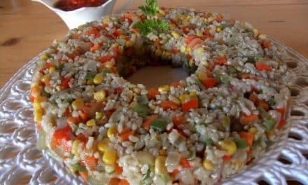 Receta de corona de arroz integral con verduritas al wok y salsa especial