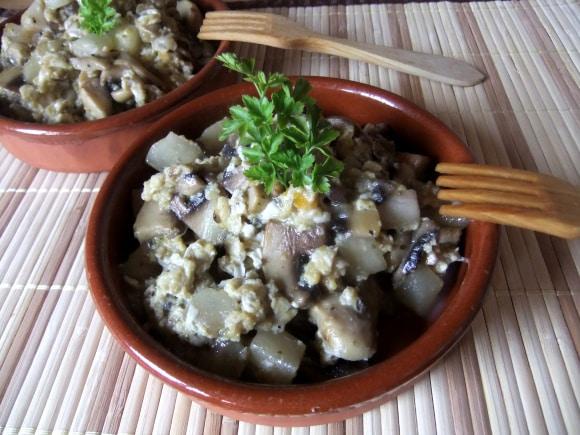Receta de revuelto de huevos con champiñones y peras