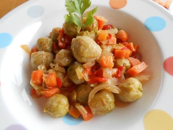 Receta de coles de bruselas con pimientos y verduritas confitadas
