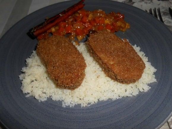 Receta de seitán a la milanesa sobre lecho de cuscus de coliflor y chutney de calabaza y frutas (concurso)
