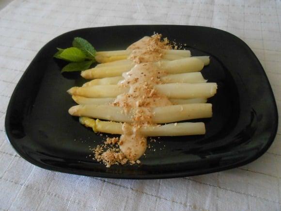 Receta de espárragos frescos con mayonesa de pera y avellanas