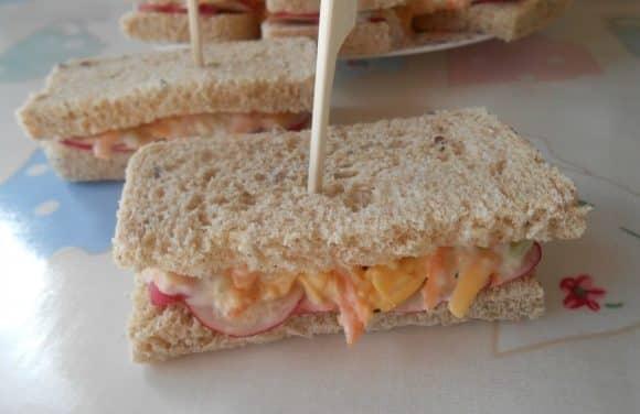 Sandwiches de pepino, zanahoria y rabanitos