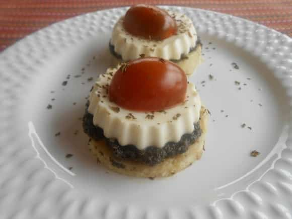 Receta de pizzetas de polenta con queso Burgo de Arias, paté de aceitunas y cherry