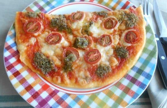 Receta de pizza de cherrys, mozarella y pesto
