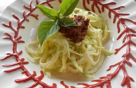 Receta de calabacín en «tallarines» con pesto rojo de avellanas (vegano)