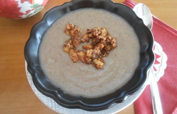 Receta de crema de champiñones y coliflor con nueces garrapiñadas