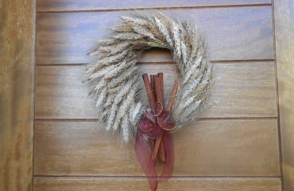 Corona de espigas y fruta seca para la puerta de casa