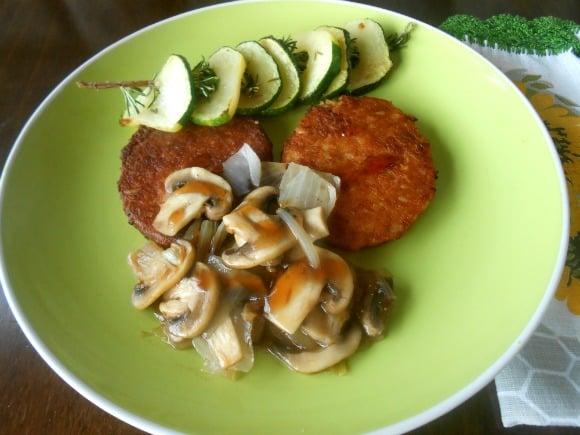 Receta de hamburguesas vegetales con brocheta de romero y guarnición con salsa de Pedro Ximénez con pasas
