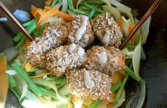 Receta de wok de verduritas con salmón marinado con salsa de cinco pimientas