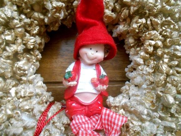 Corona de navidad con palomitas de maiz para la puerta de entrada