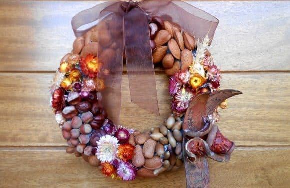 Corona de frutos y flores secas para la puerta