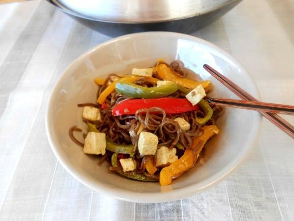 Receta de fideos soba con tofu marinado a la naranja, curry y miel
