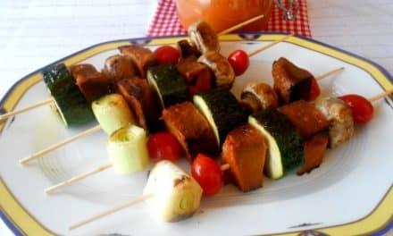 Brochetas de «carne» vegetal con verduritas, champiñones y salsa barbacoa casera