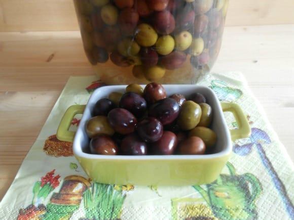 Receta para preparar aceitunas en salmuera con laurel y albahaca