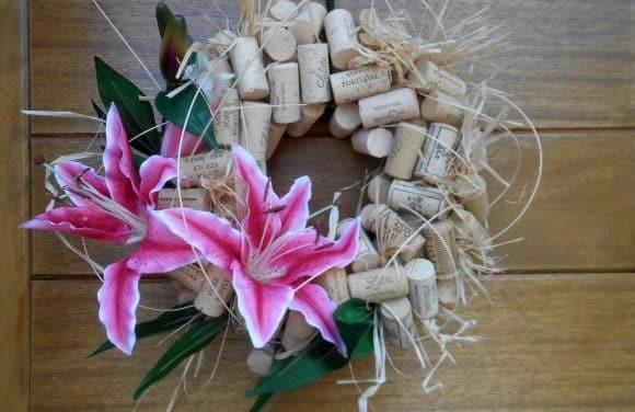 Corona de corchos y flores para la puerta