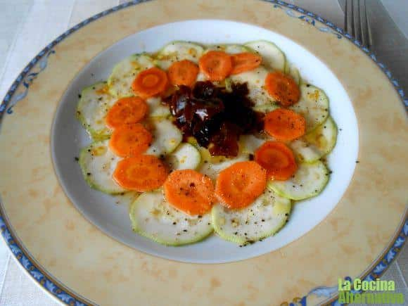 Carpaccio de calabacín, zanahoria y algas con vinagreta dulce