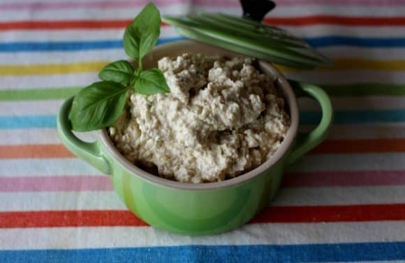 Receta de «requesón» de anacardos con albahaca y ajo