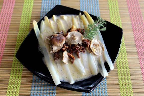 «Pasta sin pasta» de espárragos con salsa de coco, setas y tomates secos. Receta de Diego Guerrero